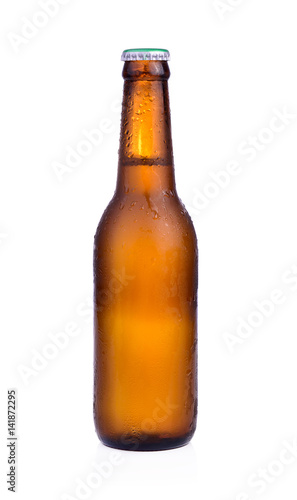 Papiers peints Biere, Cidre Bottle of beer with drops isolated on white background