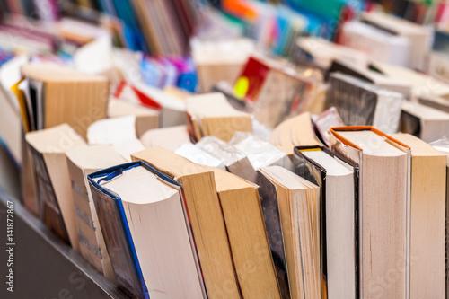 livres dur stand