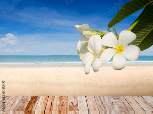 La pose en embrasure Frangipanni Summer beach concept background with plumeria flower and wood plank