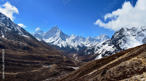 Photo  Beautiful panoramic view of the valley and Ama Dablam mountain on the way to Everest base camp, Nepal