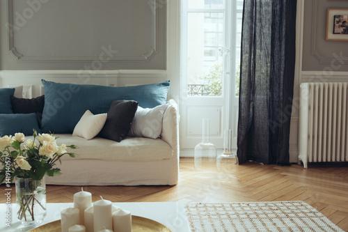 salon intérieur canapé rideaux lin design décoration