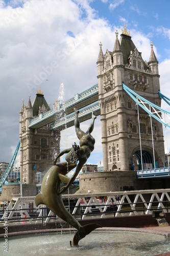 Keuken foto achterwand Berlijn Girl with a Dolphin Fountain and Tower Bridge in London, United Kingdom