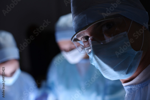 Fotomural  Team surgeon at work in operating room
