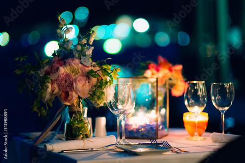 Fotografía  Wedding dinner by candlelight. Wedding decorations at night.