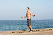 Athletischer Mann Macht Training An Koordinationsleiter Am Meer