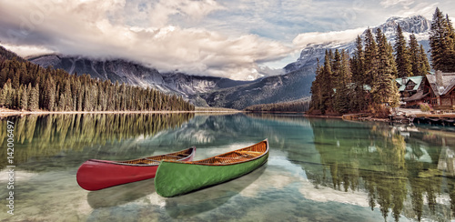 Foto op Plexiglas Meer / Vijver Emerald Lake Reflections - Kayaks on Emerald Lake, Yoho National Park, Canadian Rockies.