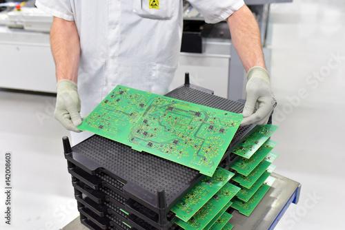 Valokuva Arbeiter hält Platine mit Mikroelektronik in einer Fabrik - Produktion von High