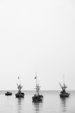 łódź na morzu, czarno-biały - 142020005