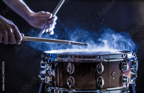 Foto man plays musical percussion instrument with sticks, a musical concept, beautifu