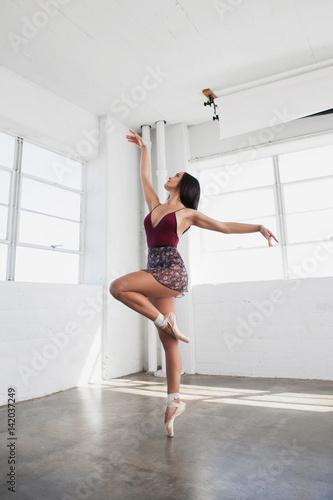 Photo  Beautiful young woman is dancing in studio
