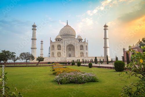 Poster Artistique Taj Mahal at sunrise- A white marble mausoleum built on the banks of the Yamuna river by Mughal king Shahjahan bears the heritage of Indian Mughal architecture.