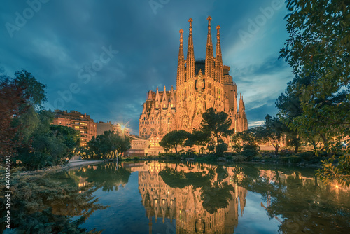 plakat Barcelona, Catalonia, Spain: Basicila and Expiatory Church of the Holy Family, known as Sagrada Familia at sunset