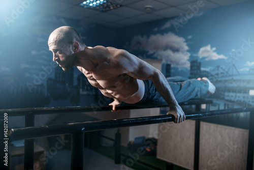 mezczyzna-cwiczacy-rownowage-na-gimnastycznych-pretach