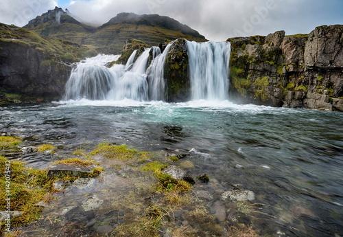 wodospad-kirkjufellfoss-w-islandii-w-pochmurny-dzien
