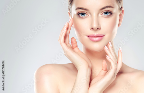Fotografía  Beautiful Young Woman with Clean Fresh Skin  touch own face