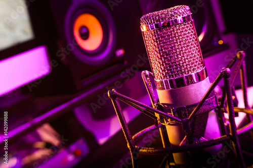 Cuadros en Lienzo LensBaby tilt shift background, recording studio vintage microphone