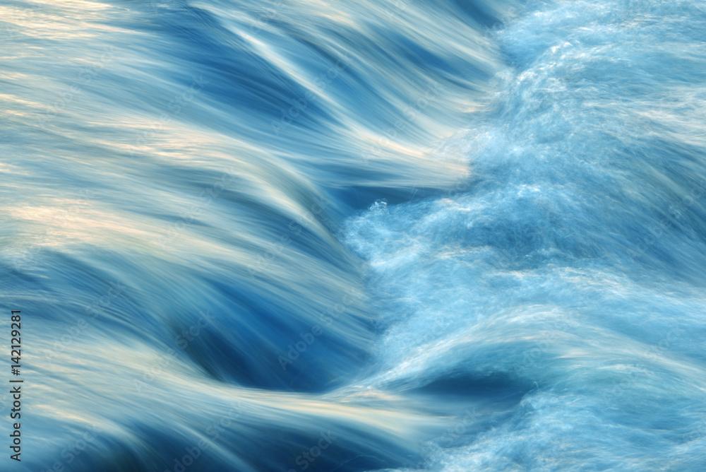 Fototapeta Wasser fließend, kräftig und energisch
