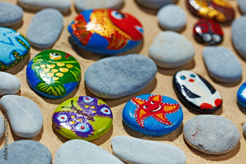 Fotografía  Rounded stones from sea vacation painted, souvenir made by kid