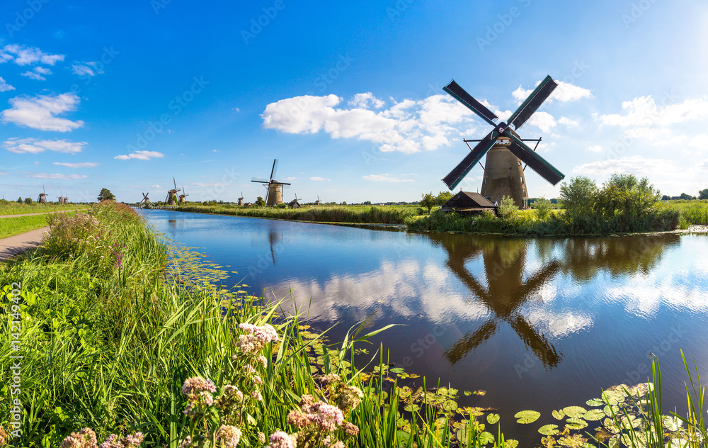 Fototapety, obrazy: Windmills and canal in Kinderdijk