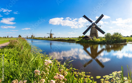Obraz Windmills and canal in Kinderdijk - fototapety do salonu