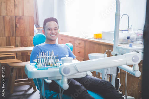 Photo  dentist talking to his patient at dental care clinic