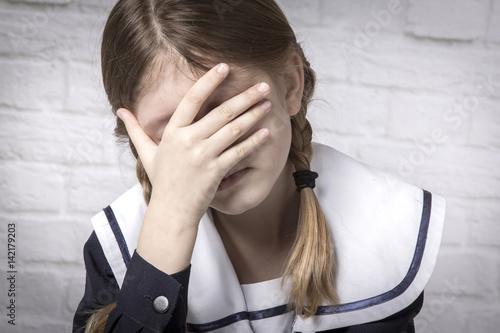 dziewczynka robiąca znak ciszy - fototapety na wymiar