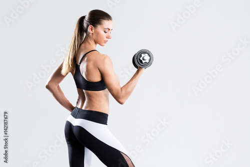 Fotografia Woman with dumbbell fit slim abs body.