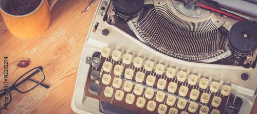 Fototapeta Retro Schreibmaschine, Tee und Brille, Breitbild obraz
