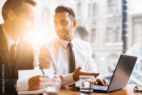 Carta da parati Brokers discussing marketing data in cafe