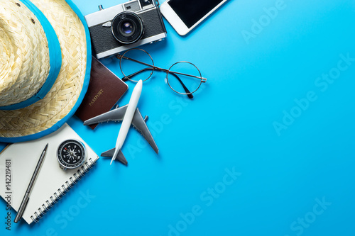 Fotografia  Travel accessories with copy space on blue background