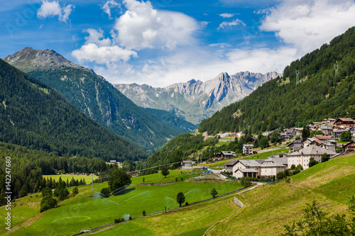 Fotomural A beautiful summer day in the Swiss Alps
