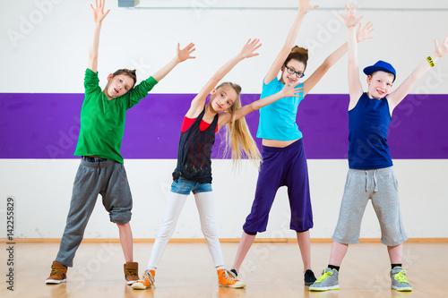Fototapeten Tanzschule Kids train Zumba fitness in dancing school