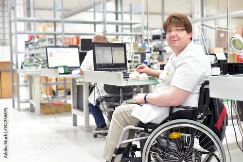 Rollstuhlfahrer am Arbeitsplatz in einer Fabrik zur Montage von Elektronik - All Fototapete