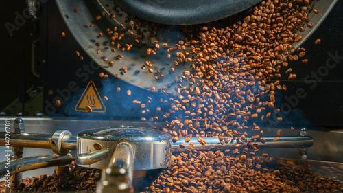 Fotografija Mixing roasted coffee