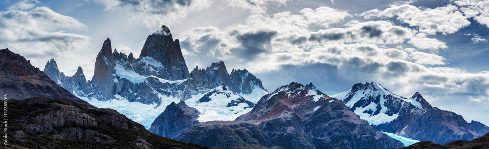 Fototapety, obrazy: Panorama of Mount Fitz Roy in Patagonia in Argentina and its neighboring granite towers