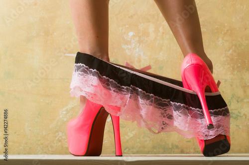 Zdjęcie XXL Bielizna erotyczna i różowe szpilki dla uwodzicielskiej młodej kobiety