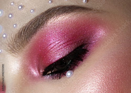 Obraz na plátně  Beautiful girl with perfect art makeup and pearl beads