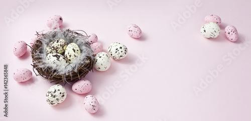 Fototapeta wielkanocna dekoracja na pastelowym, różowym tle, happy easter obraz
