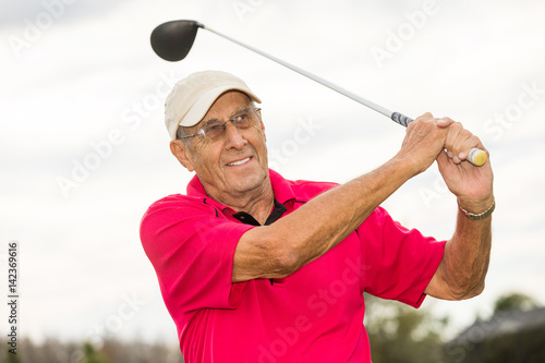 Deurstickers Golf Senior man golfing
