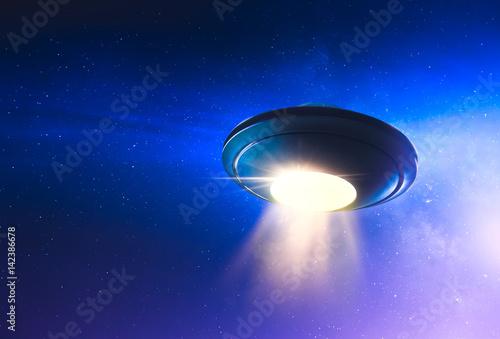 Fototapeta UFO z porwaną wiązką lecącą w niebo