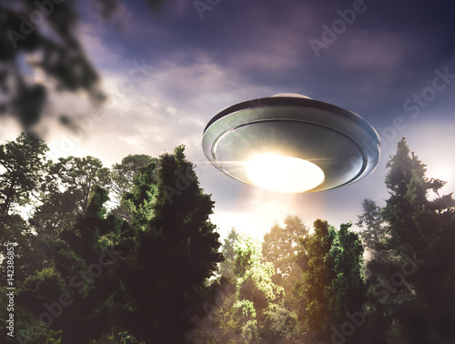 Fototapeta UFO latające nad lasem