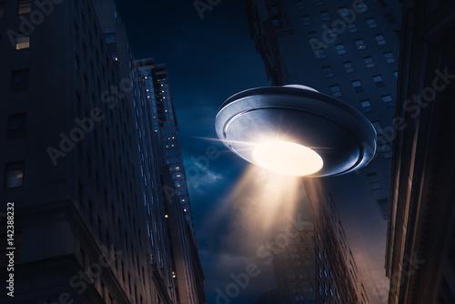 ufo-unoszace-sie-nad-miastem-w-nocy