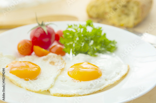 Foto op Plexiglas Gebakken Eieren Fried eggs with bread on plate on wooden table