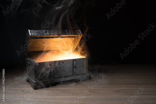 Photo  pandoras box with smoke on a wooden background