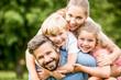 canvas print picture - Glückliche Familie und Kinder im Garten