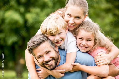 Glückliche Familie und Kinder im Garten Poster