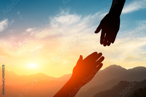 Fotografía  helping hand with the sky sunset background
