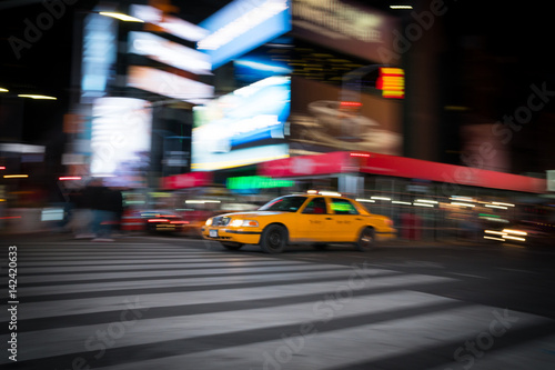 Foto op Plexiglas New York TAXI Fast moving taxi in city