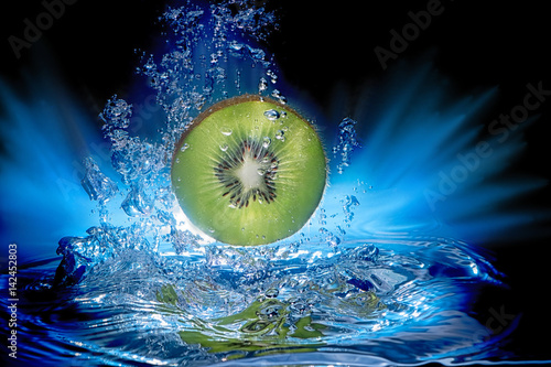 kiwi-fruit-slice-underwater-with-bubbles