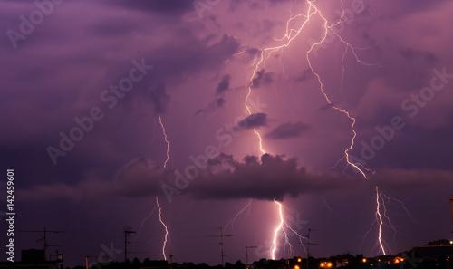 Printed kitchen splashbacks Storm Fulmini tra le nuvole in città nel cielo notturno